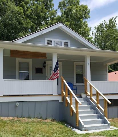 ~Front Porch Retreat~2 bd.~1 ba.~2.5 mi to D/T!~