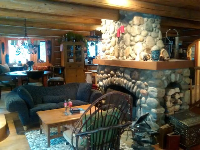 Lakeside log cabin near Sun Peaks