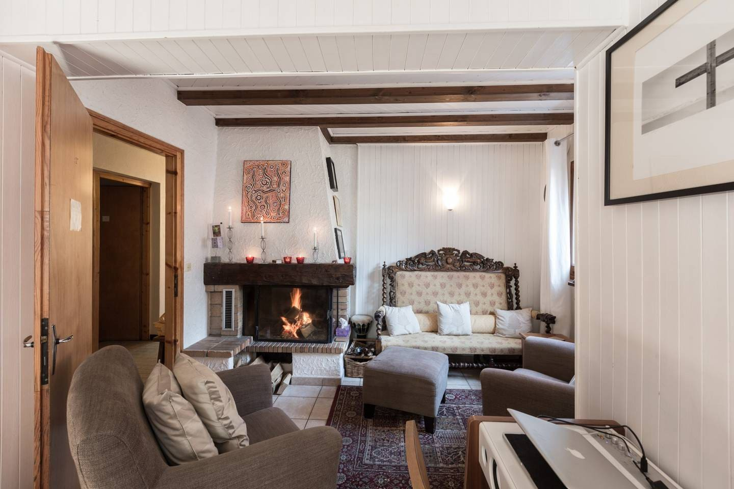 Cosy lounge / fireplace area