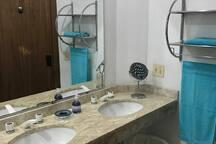 Banheiro com duas cubas de pia.