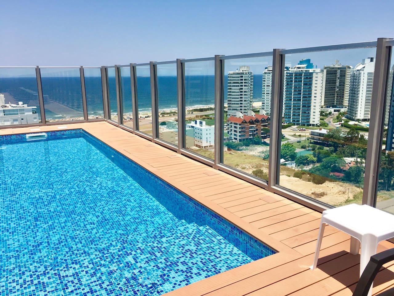 Dos piletas abiertas en piso 16 con vista a playa brava y playa mansa.