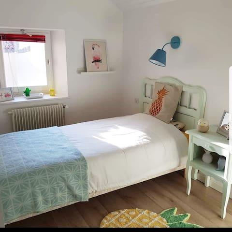 Chambre 2, baptisée chambre ananas par les enfants qui ont séjourné dedans :)