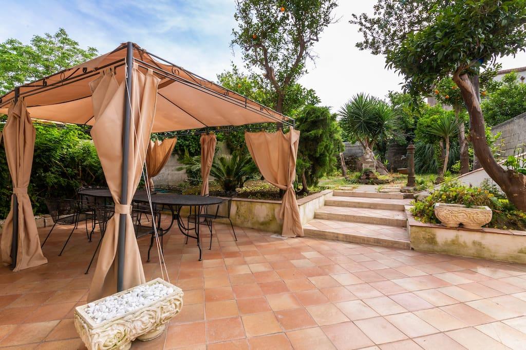 Terrazza con gazebo e giardino