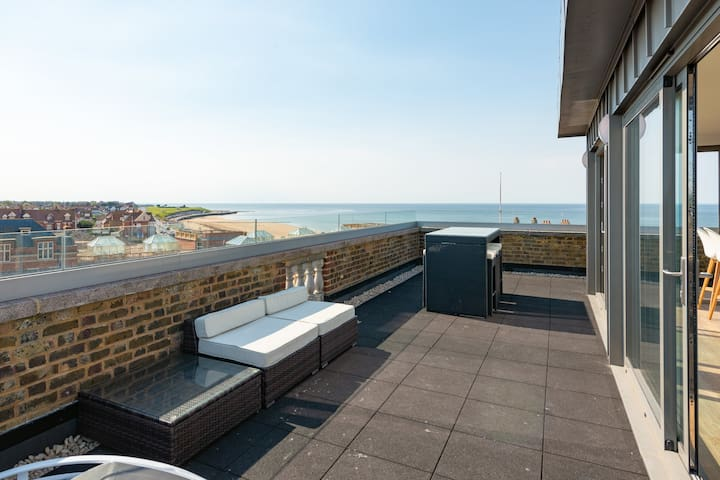 Luxury apartment with stunning sea views