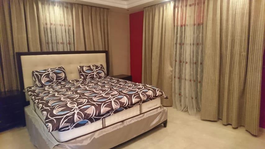 غرفة النوم الرئيسية - Master bedroom