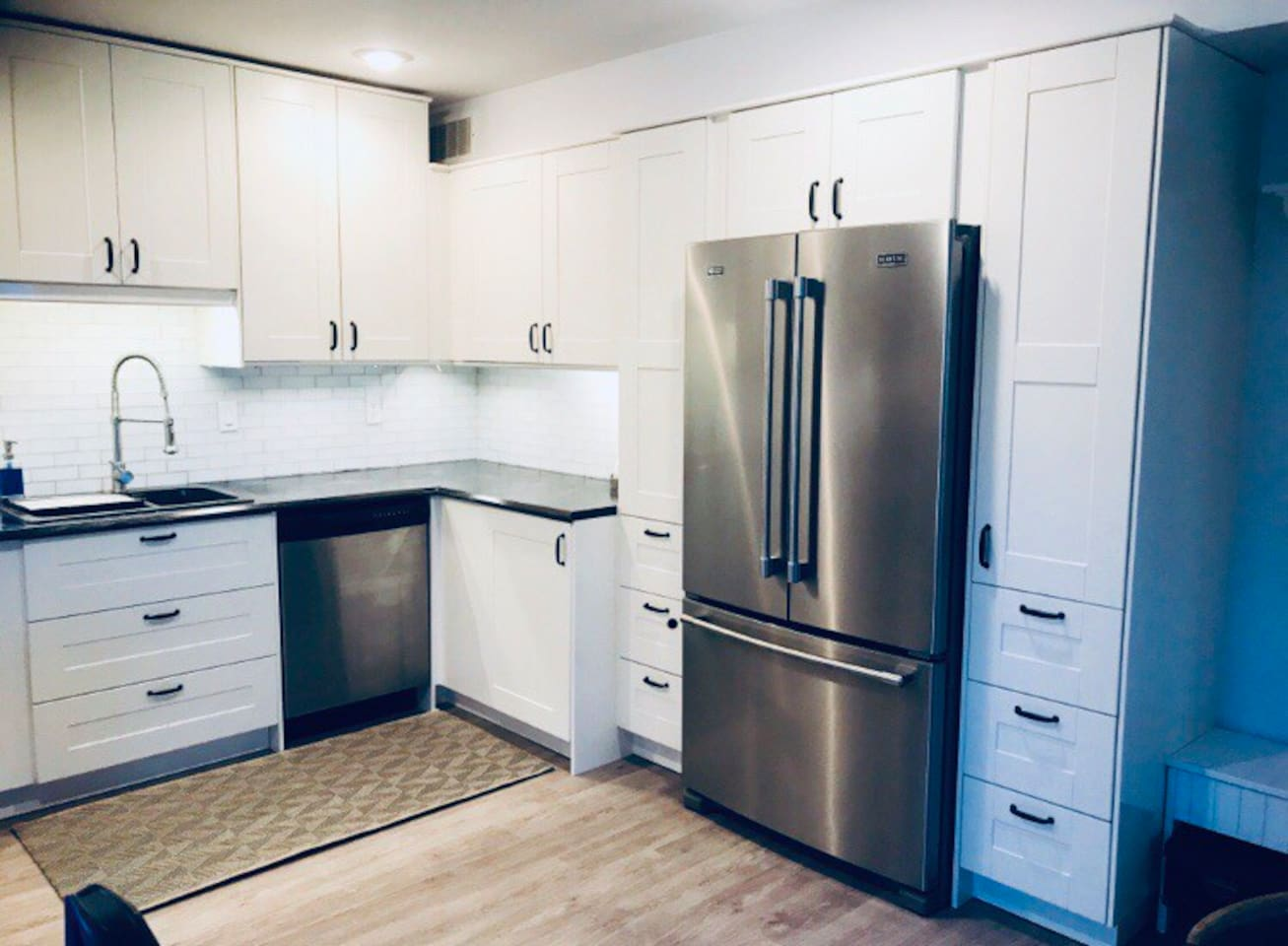 Bright spacious fully equipped kitchen with new full size appliances