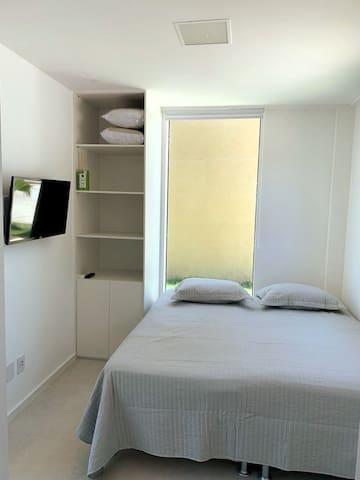 Quarto 3 - com banheiro, duas camas de solteiro, armário, cortinas, smat tv, tv a cabo, netflix.