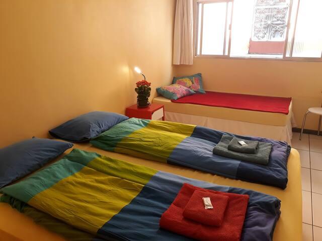 Visão geral da suíte, 1 cama de casal e 1 cama de solteiro.