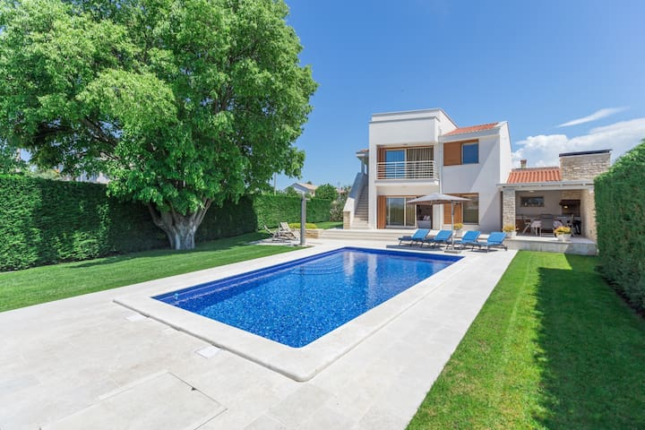 Modern - new Villa Jasna with swimming pool