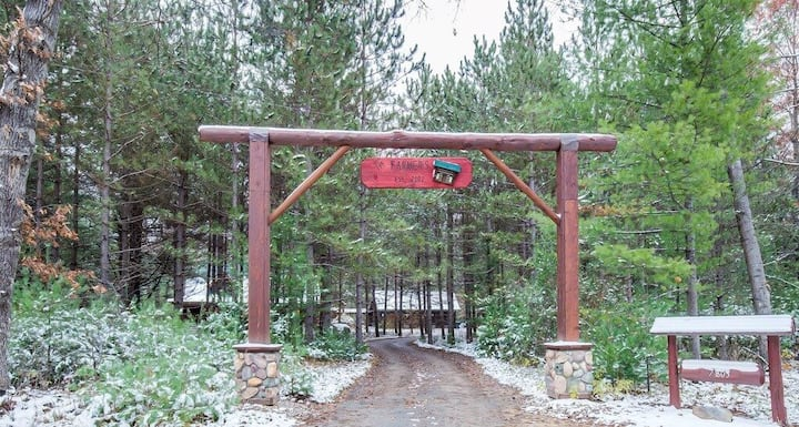 Dream Catcher Log Cabin (Newaygo, MI): Cozy cabin on 60  private acres with great wildlife viewing!