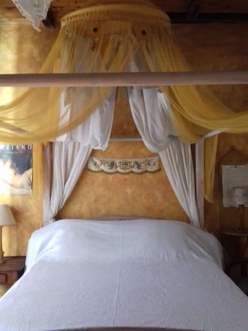 Lit à baldaquin dans la Petite Toscane