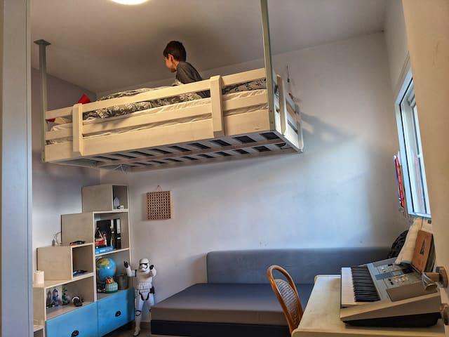 חדר 2 שימו לב -  יש מיטה תלויה בגודל מיטה וחצי. ויש אופציה לשינה על מזרונים