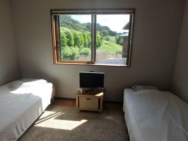 2階の寝室。2台のベッドを配置