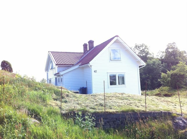 Beautiful and cosy house close to the sea - Fjell - Hus