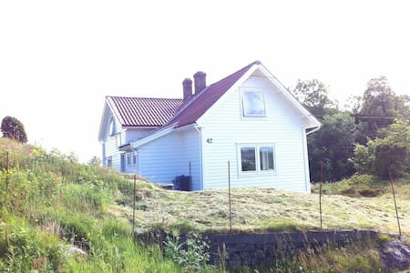 Beautiful and cosy house close to the sea - Fjell