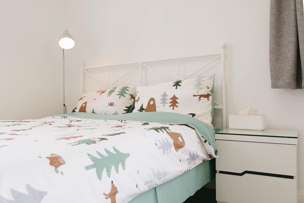 给每位入住者提供的床品,都是刚刚洗好晾干的,请放心使用