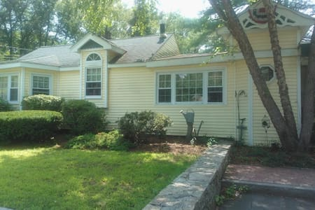 3 bedrooms available on lower level of our home - Holliston - Casa