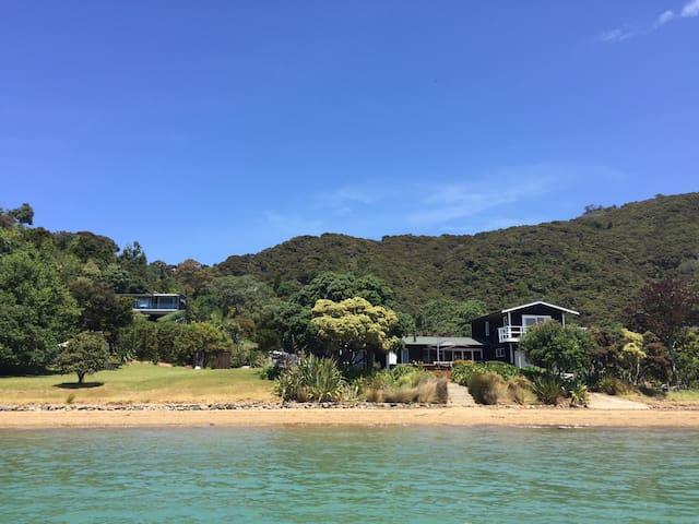 Totara Lodge, Unique Family Seaside Holiday Home