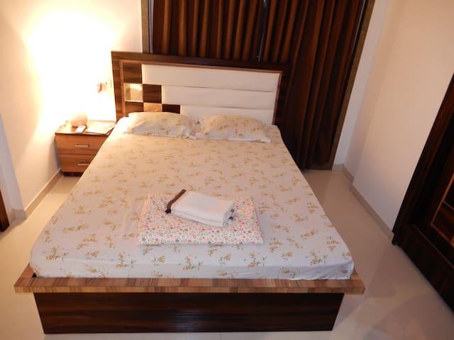 London's Hyde Park Living in Mumbai! - Room 1