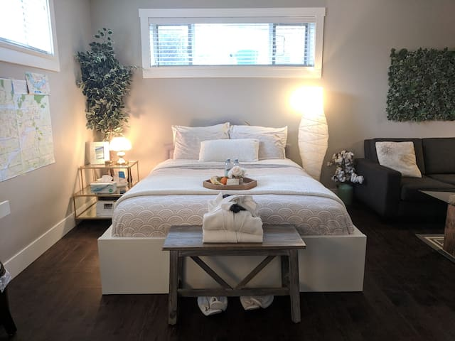 Welcoming, luxurious guest room - near skytrain