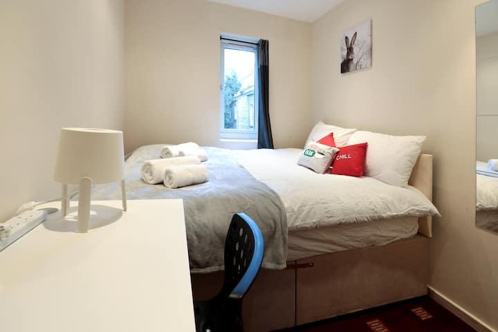 Cosy Double Bedroom in London Euston (7)