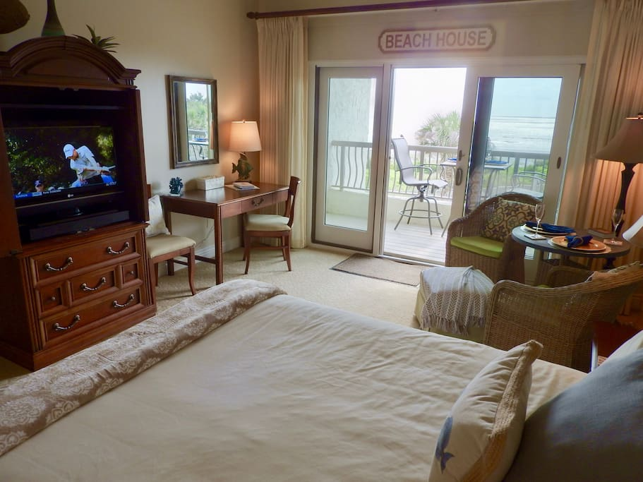 "Cable TV, high speed internet and desk with ocean views. ""Everything I pictured and more. It is well stocked and very comfy. The view is gorgeous! We will be back!"""