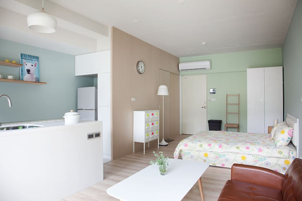Overview of the entire stuido apartment (bed+living room+kitchen)/公寓全景圖 (床,客廳,廚房)