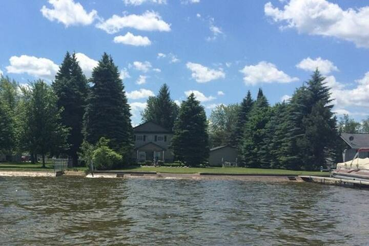 Private Lakefront Home with 4 Bedrooms - Denton Township - บ้าน