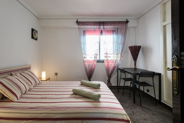 Private room near city center and Turia Park