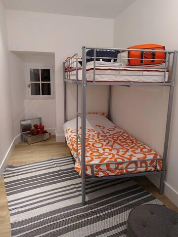 chambre 2 - store occultant pour la nuit complète.