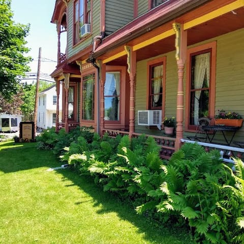 CHARMING GUEST HOUSE IN GALENA. Sir William Room.