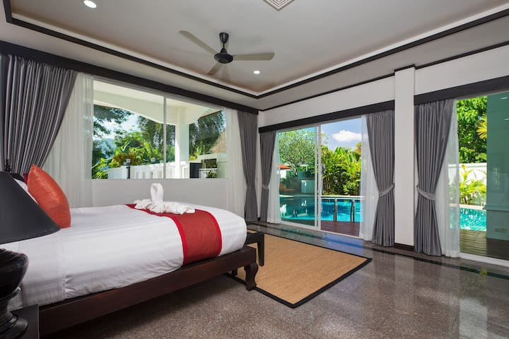 Spacious master bedroom with pool access, office corner and ensuite bathroom. All the bedrooms have king size beds with luxury mattresses and bed linens