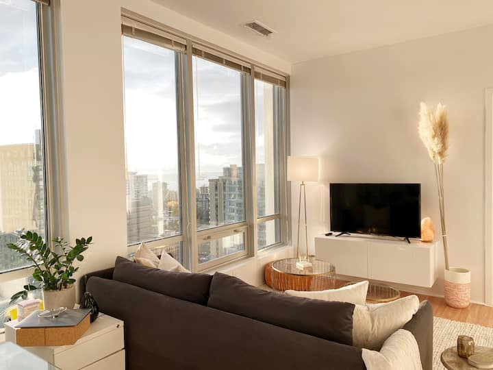 ★Chic & Central Sub-Penthouse ★ Sweeping Views