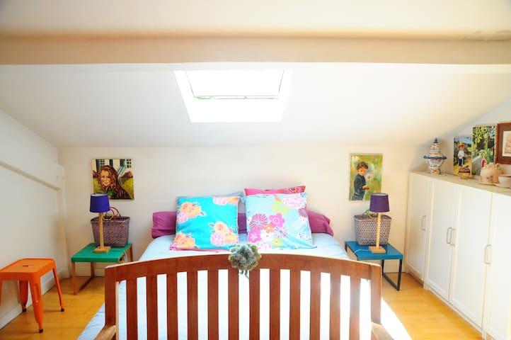 La chambre est sous les toits,  2 Velux avec stores occultants. 3 escaliers depuis l'entrée du loft.