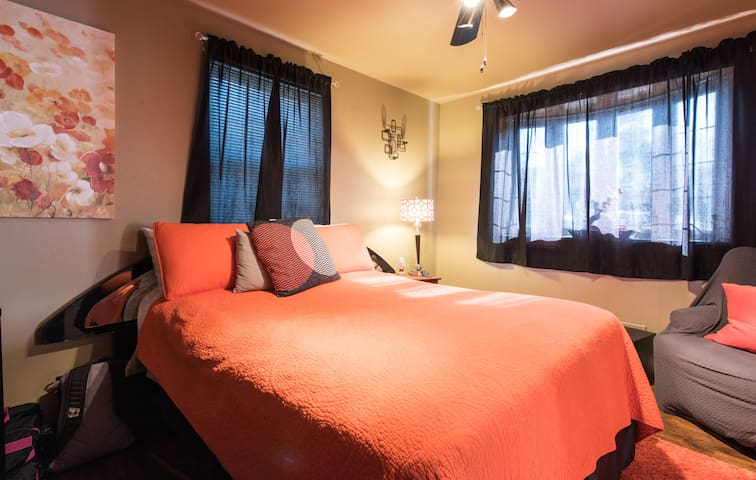 """Cozy Private Bedroom w/Queen Bed, 46"""" TV and Frig - Temple Hills - Hus"""