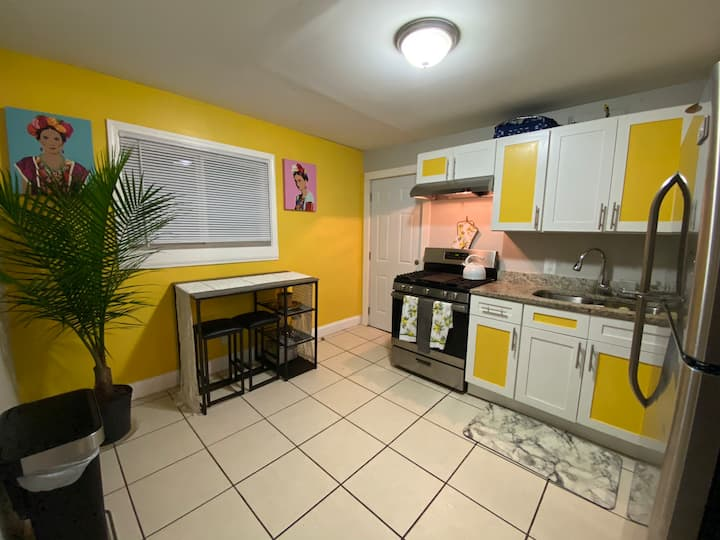 ARTSYCHIC APARTMENT IN EAV!! 10 MINUTES TO MIDTOWN