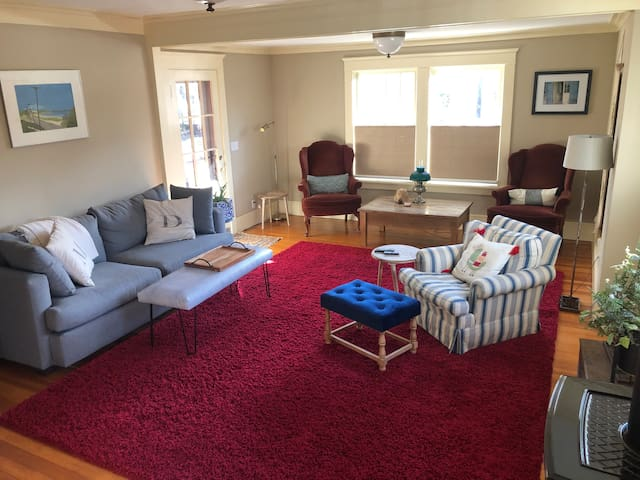 In-Town Bungalo-1 bedroom with whole house access
