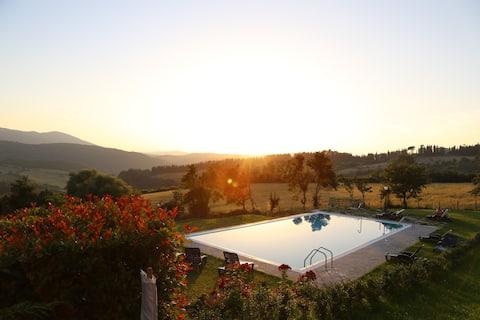 Appartement op het platteland met panoramisch zwembad en airconditioning