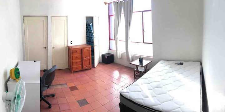 Cuarto amplio c/ baño  Big room w/ wc Centro H GDL