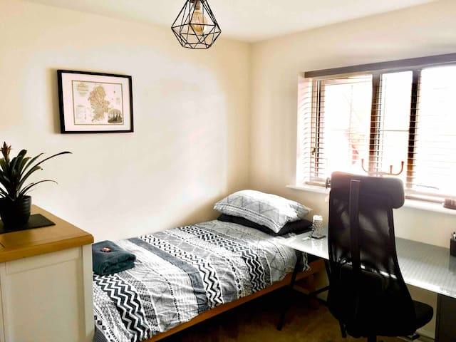 CANNOCK CHASE: Large, Well-appointed, Comfy Single
