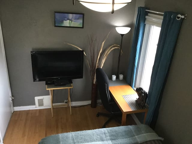 Private cozy room/close to downtown & transit