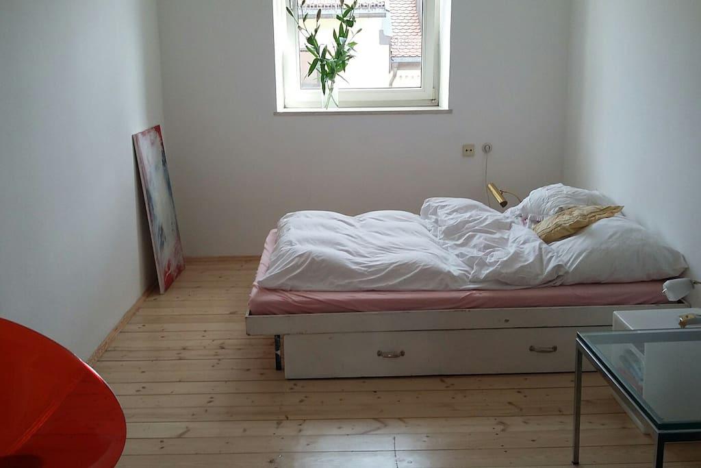 Zimmer ist im 4. Stock, Bett mit Futon Matratze