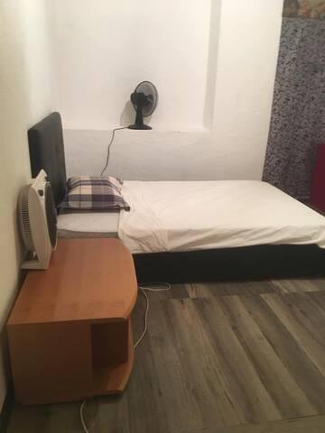 piccola stanza 5min dalla stazione letto 120x200