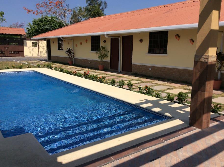 Relajante piscina y cómodas habitaciones.