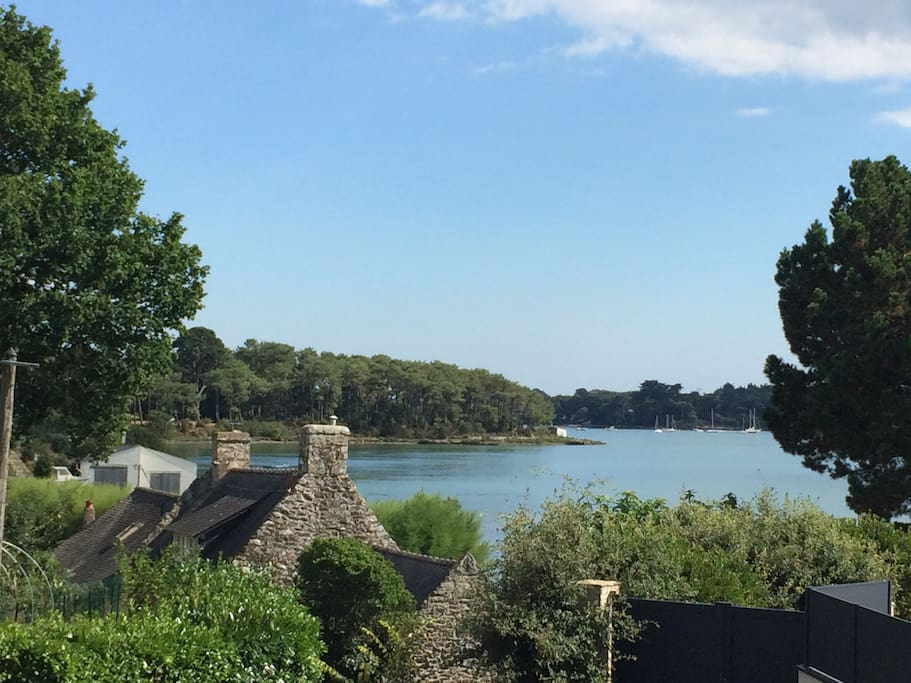 View from the road next door when going down to the sea - Vue du chemin en descendant à la mer