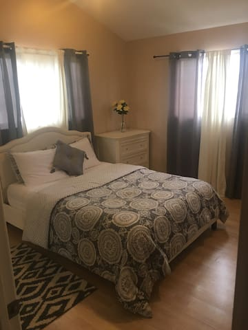 New Spacious Queen Bedroom w/ TV!!! - Inglewood - Talo