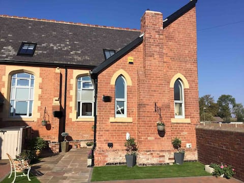 Converted chapel, en-suite, super king bed, WiFi