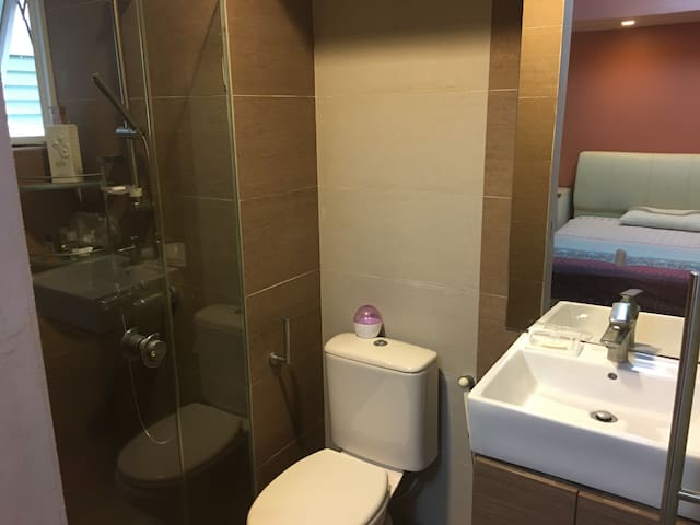 Master Room near airport and expo  四美精装独立带卫房