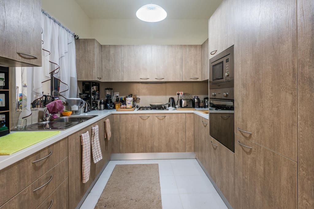 Well equipped kitchen. The guests have a spacious cupboard each to store food as well as space in the fridge.