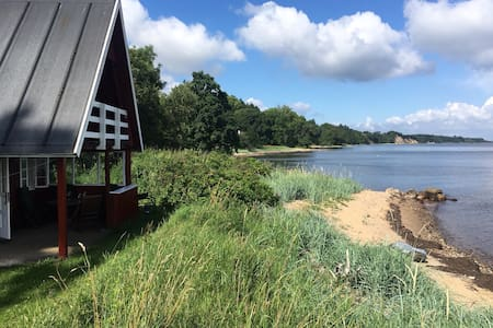 Unikt placeret sommerhus 5 meter fra vandkanten. - Skive - Blockhütte